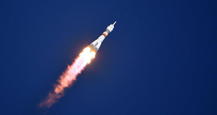Ракета-носитель Союз-ФГ с пилотируемым кораблем Союз МС-10 после старта со стартового стола первой Гагаринской стартовой площадки космодрома Байконур