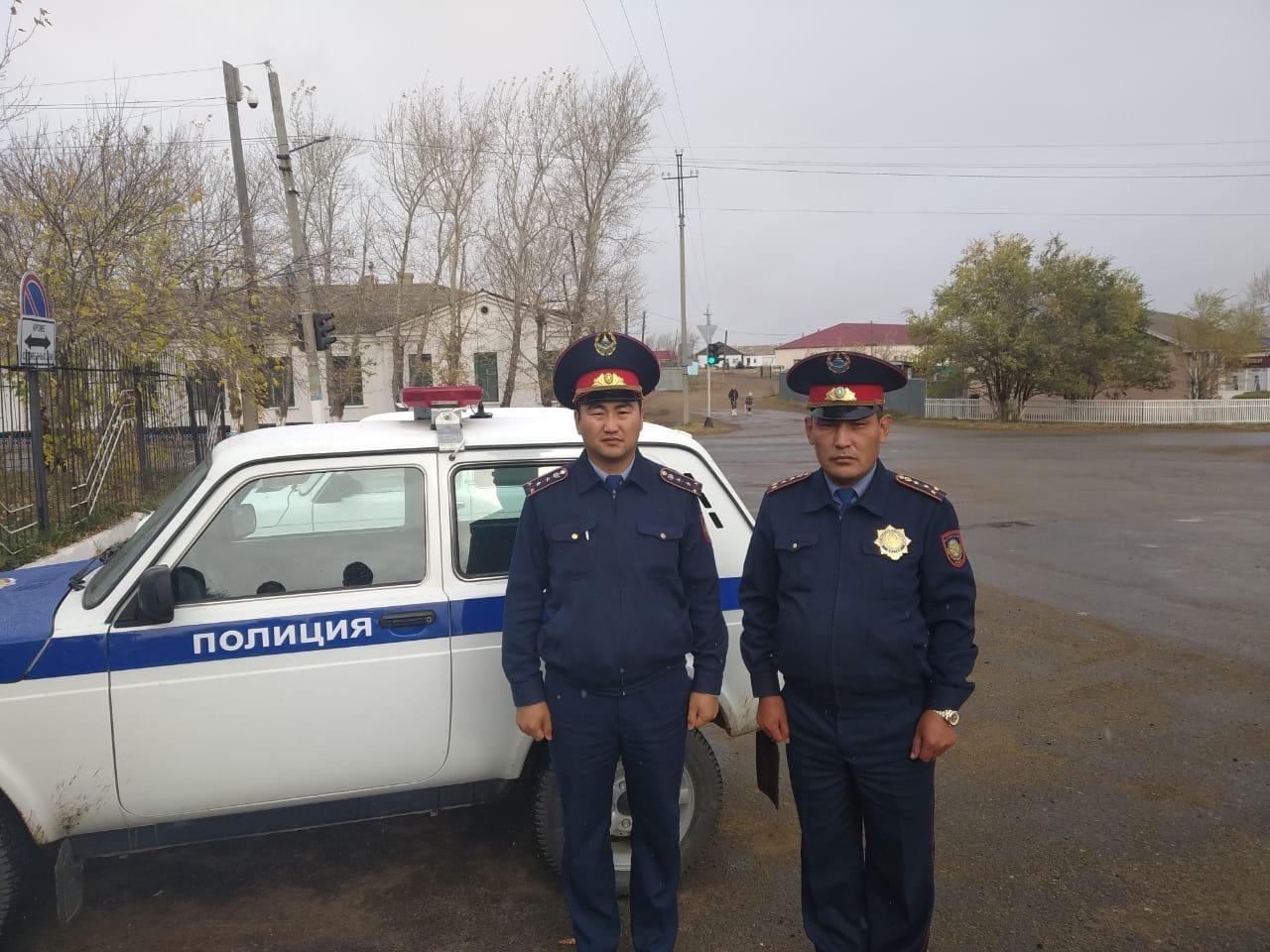 Капитаны полиции Мади Бейсембаев и Азамат Казыбаев спасли сельчанина во время пожара