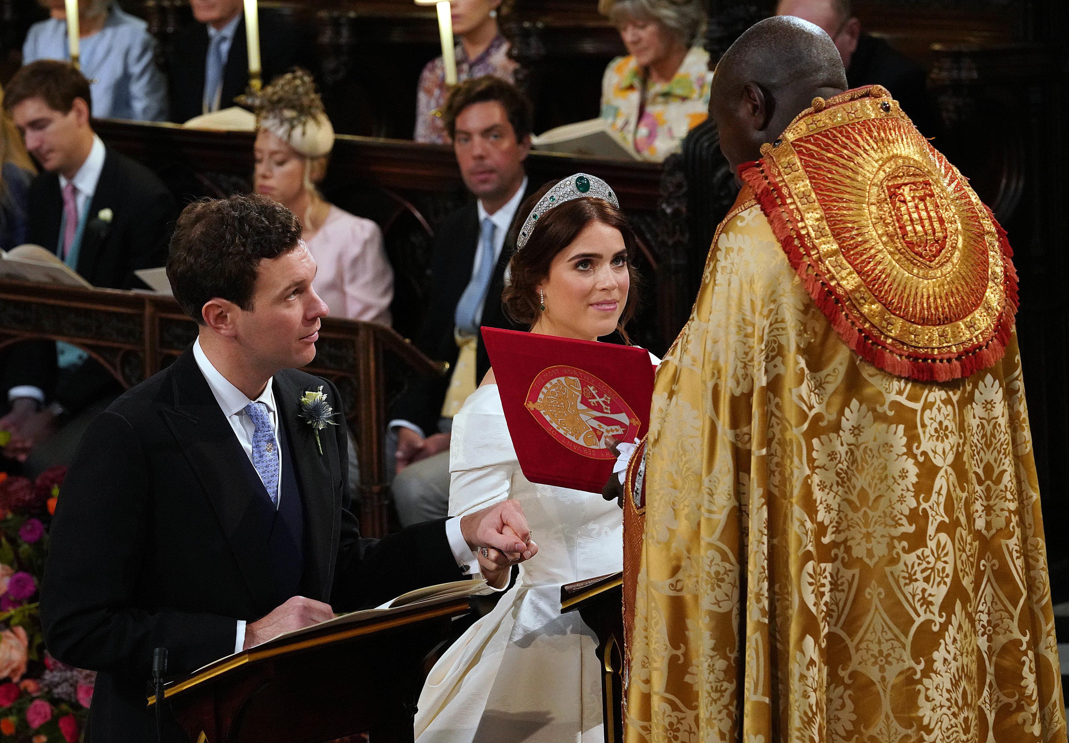 Британская принцесса Евгения из Йорка и Джек Бруксбанк колени перед алтарем во время их свадебной церемонии в часовне Святого Георгия