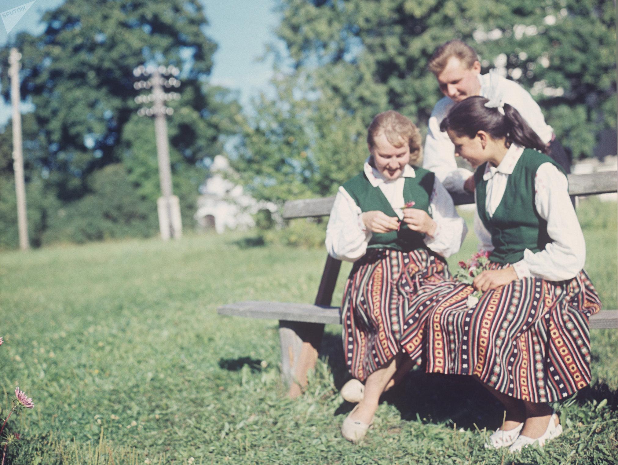 Латвийские девушки в национальных костюмах, архивное фото