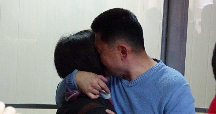 Учитель Юрий Пак, приговоренный к двум годам лишения свободы по обвинению в лжетерроризме в Караганде с супругой в зале суда