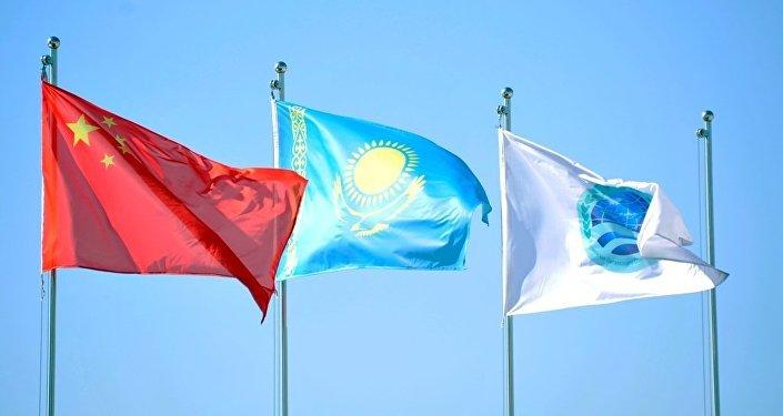Флаги Китая, Казахстана, ШОС