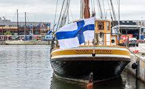 Флаг Финляндии на яхте, архивное фото