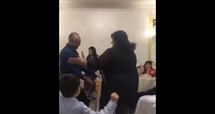Женщина едва не раздавила мужчину на свадьбе  во время танца