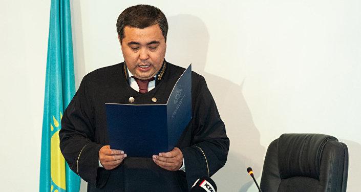 Постановление суда зачитал судья Кайрат Иманкулов