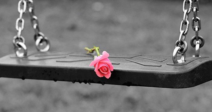 Цветы не пустых качелях, иллюстративное фото