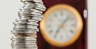 Монеты на фоне часов
