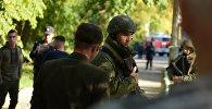 Военнослужащие у Политехнического колледжа в Керчи