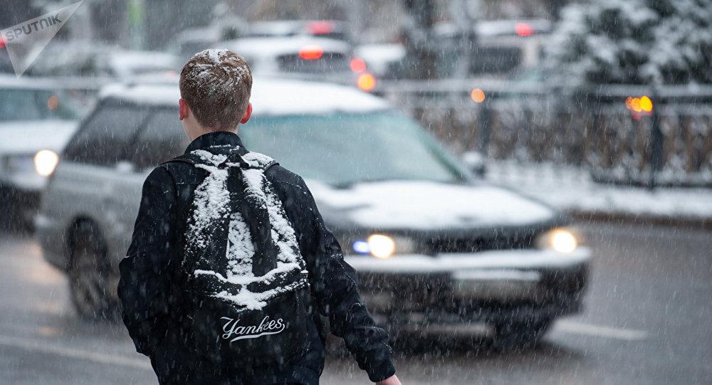 Подросток пытается поймать такси
