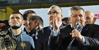Заслуженный тренер России Абдулманап Нурмагомедов (справа)