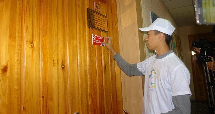 Наклейки антикоррупционной направленности клеят в госучреждениях Усть-Каменогорска