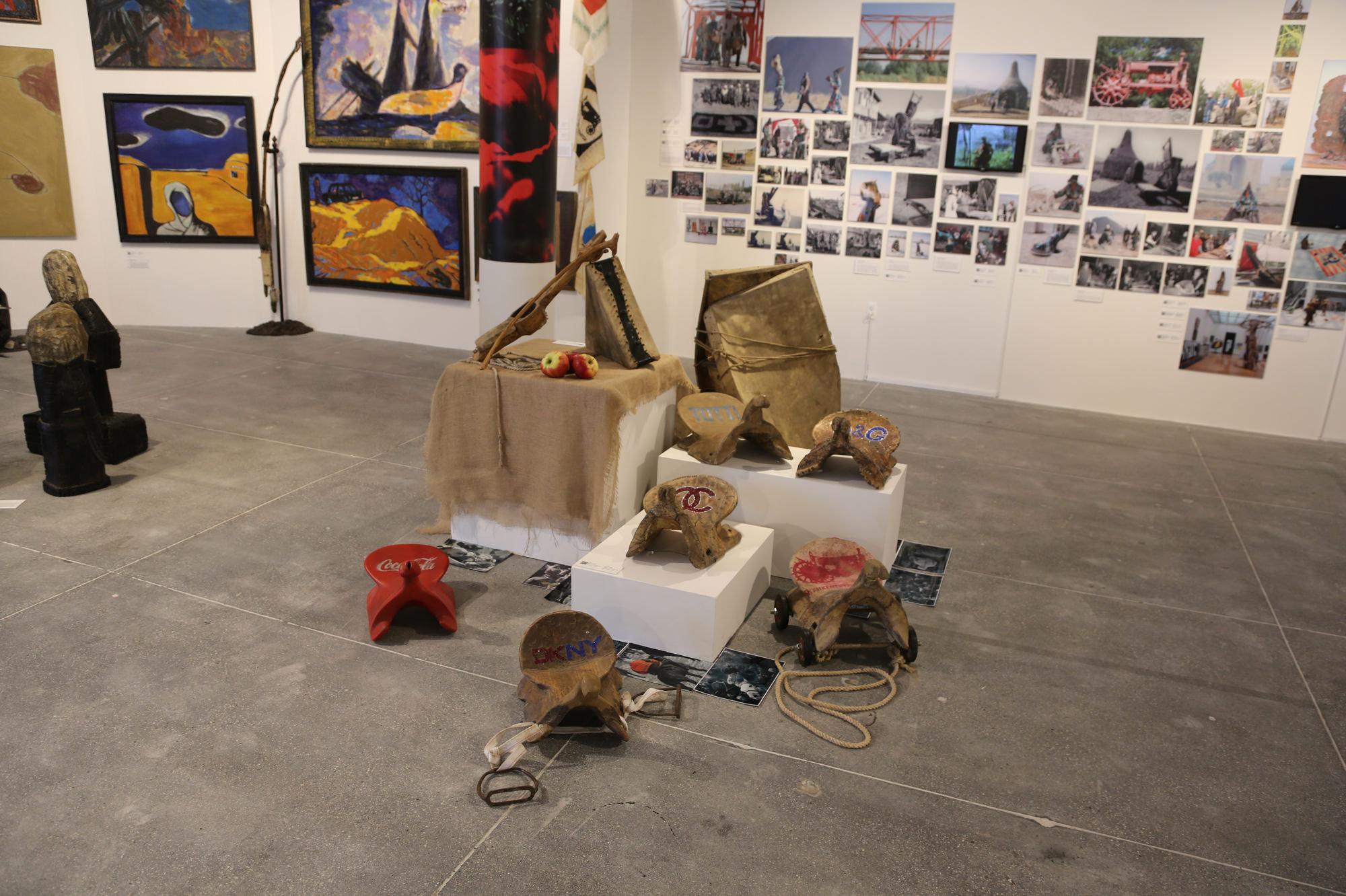 Экспонат выставки казахстанской арт-группы Кызыл Трактор, проходящей в Нью-Йорке