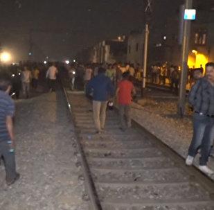 Поезд врезался в толпу людей в Индии