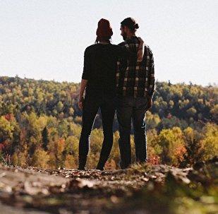 Влюбленная пара в горах, иллюстративное фото