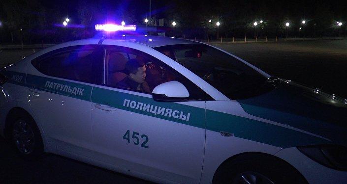 Полицейский беседует с Куанышем Акымом в патрульной автомашине