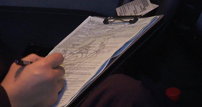 Полицейский заполняет протокол на Куаныша акыма