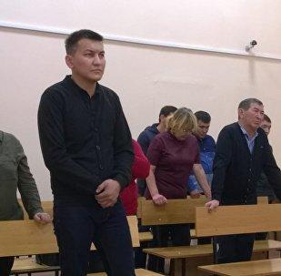 Учитель Шерхан Байзенов в зале суда