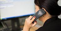 Женщина говорит по телефону, архивное фото