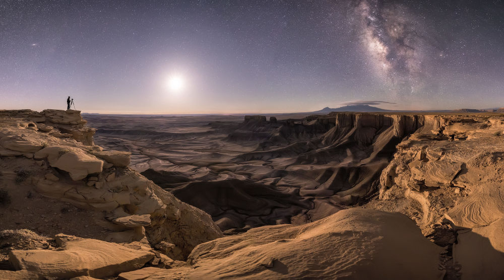 Снимок Transport the Soul фотографа Brad Goldpaint, победивший в номинации People and Space and Overall конкурса Insight Investment Astronomy Photography of the Year 2018