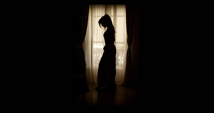 Силуэт девушки на фоне окна, иллюстративное фото