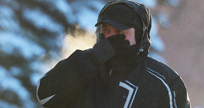 Мужчина на улице в морозный день, архивное фото