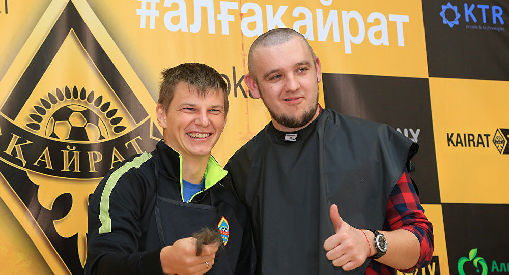 Аршавин бәсте ұтылған Воликовтың шашын алып жатқан сәті