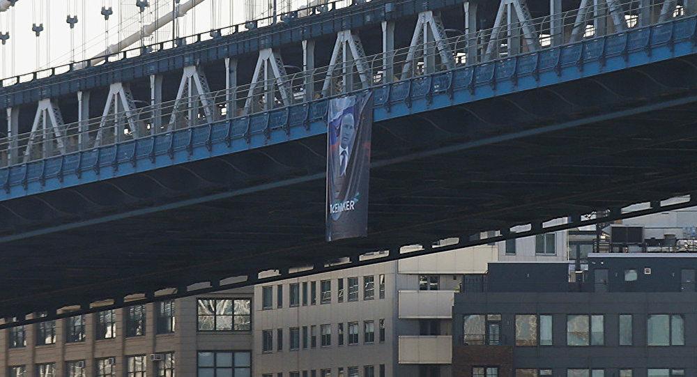 Портрет Владимира Путина на мосту в Нью-Йорке