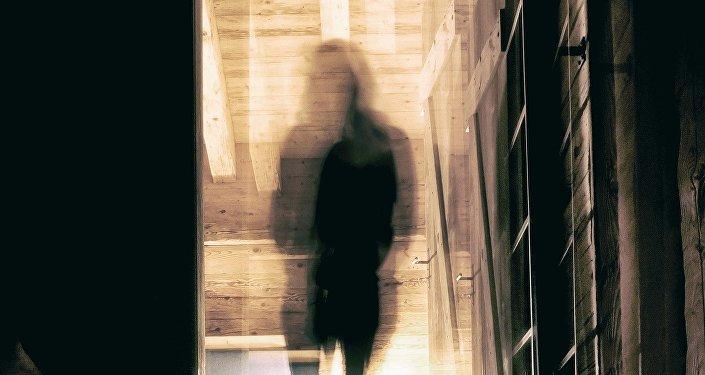 Размытый силуэт девушке в дверном проеме, иллюстративное фото