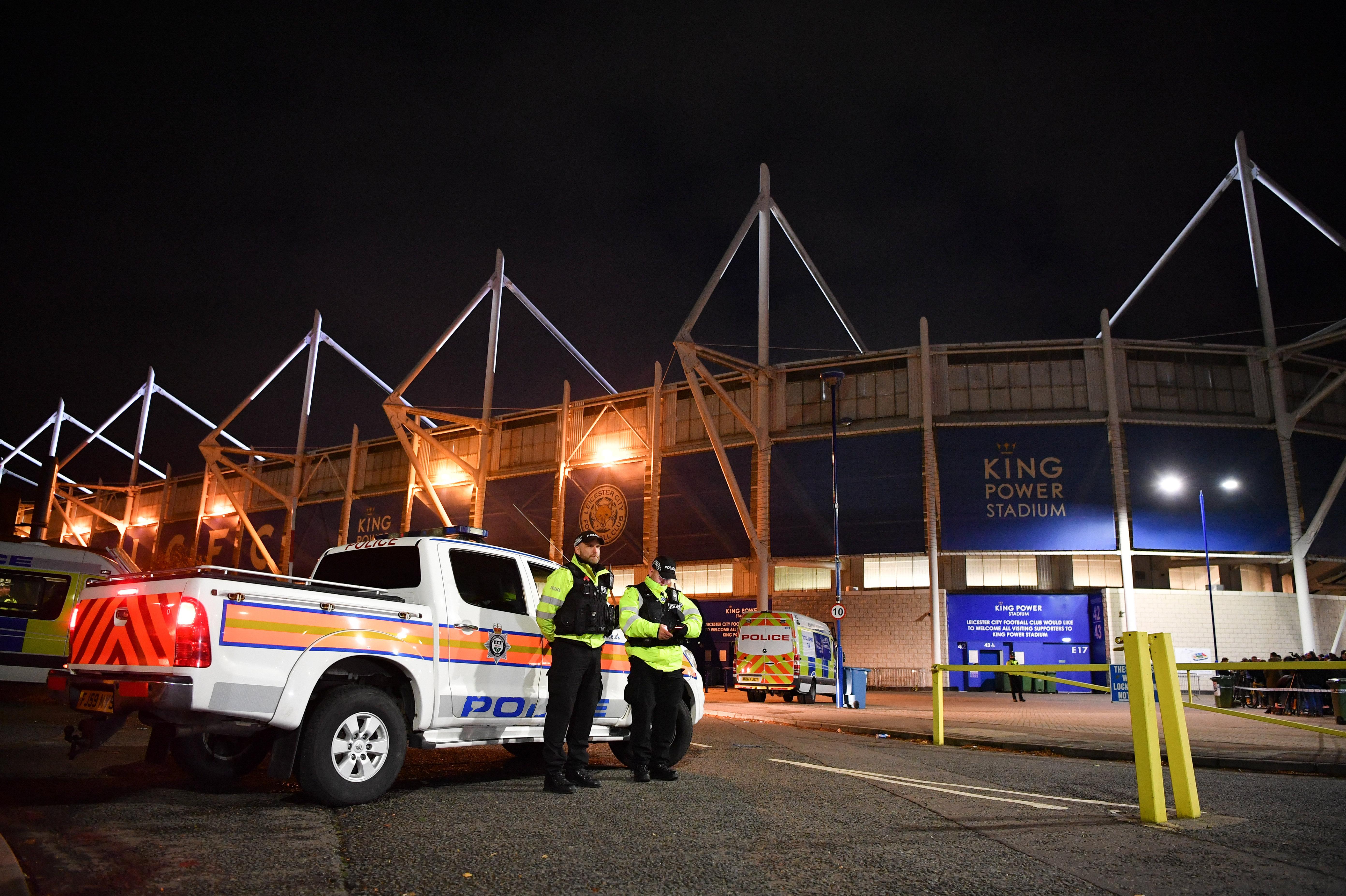 Полицейские на месте крушения вертолета, принадлежащего президенту футбольного клуба Лестер