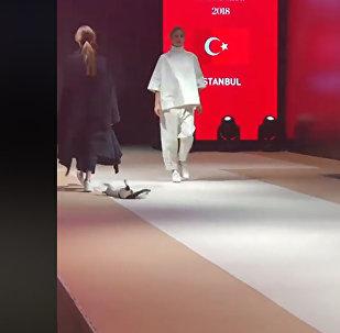 Кошка на модном показе - видео