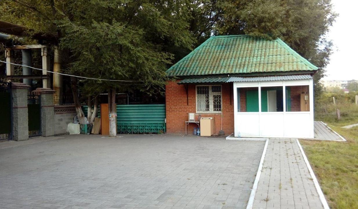 Еренбек кажы живет в небольшом домике и следит за порядком на кладбище