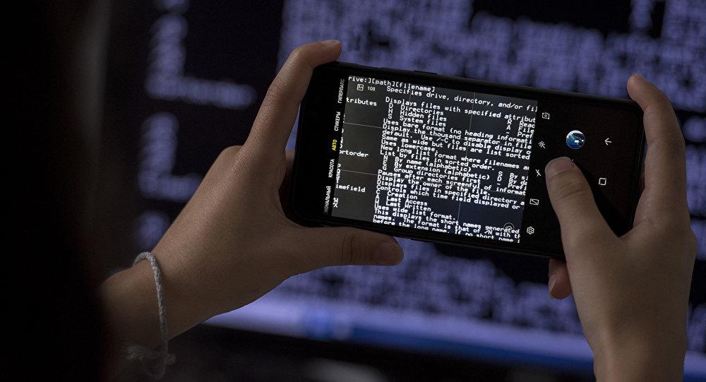 Мобильный телефон в руках, архивное фото
