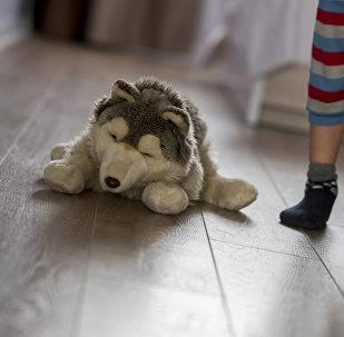 Ребенок с игрушкой, архивное фото
