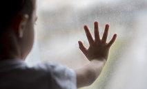 Ребенок у окна, архивное фото