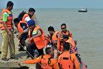Спасатели недалеко от места крушения самолета LT Air Jet JT610 в Индонезии