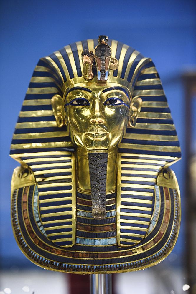 Золотая маска короля Тутанхамона показана на выставке в Египетском музее на площади Тахрир в Каире 5 августа 2018 года