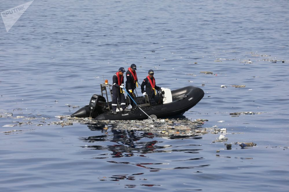 На месте крушения пассажирского самолета Boeing 737 авиакомпании Lion Air у западного побережья острова Ява