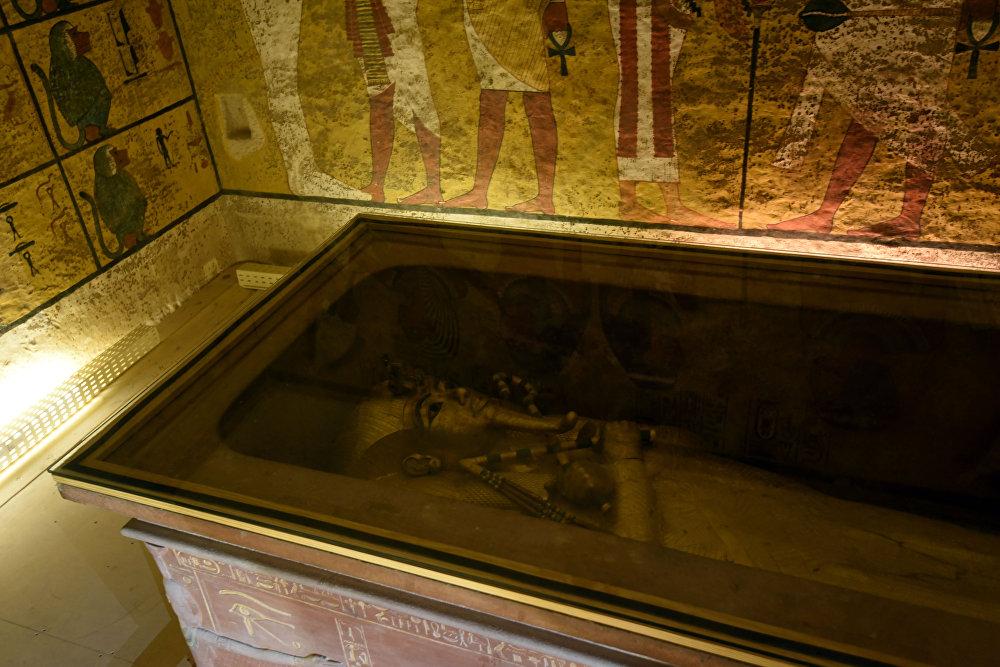 На снимке показан золотой саркофаг короля Тутанхамона в его погребальной камере в Долине королей, недалеко от Луксора