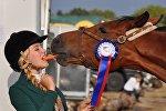 Девушка, лошадь и морковь