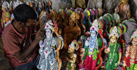 Индийский мастер изготавливает фигурки бога Рамы