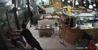 Огромная волна разбила окна в ресторане Италии