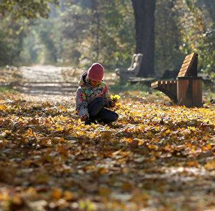 Девочка в Ботаническом саду Алматы