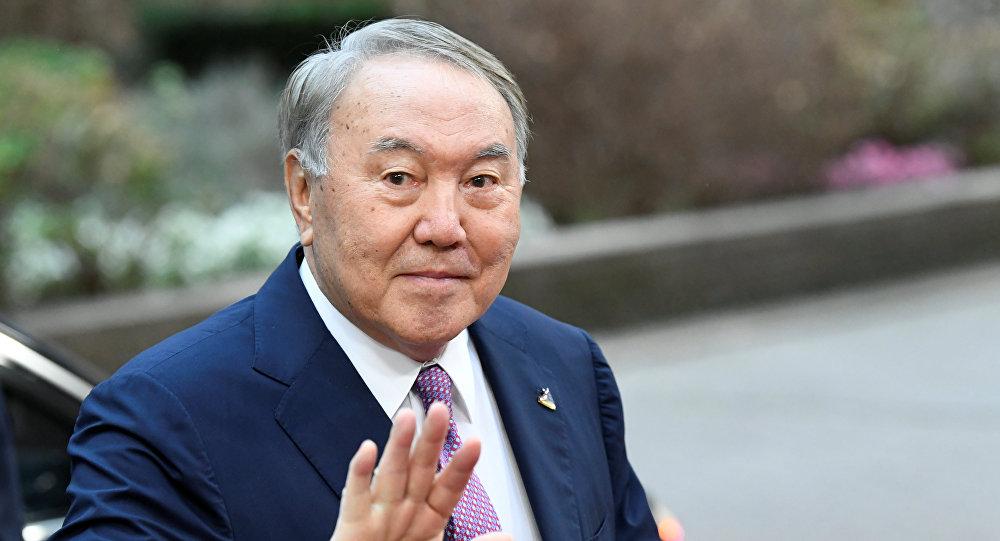 Назарбаев ушел в отставку, оставшись главой Казахстана