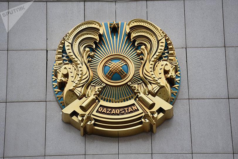 Обновленный государственный герб Казахстана с надписью Qazaqstan