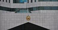 Обновленный герб на здании правительства