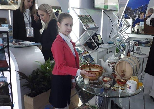 Десятилетняя Богдана Клиновицкая проводит экскурсии для гостем туристической выставки