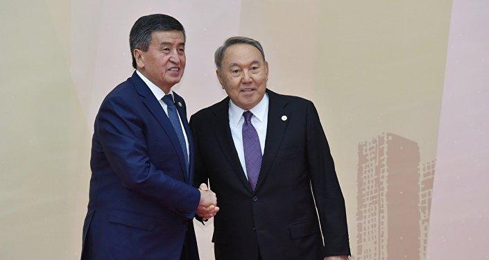 Президент Казахстана Нурсултан Назарбаев и президент Кыргызстана Сооронбай Жээнбеков на совещании ОДКБ в Астане, 8 ноября 2018 года