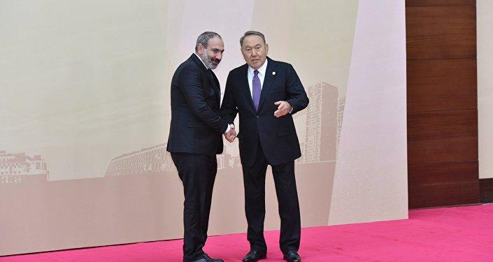 Президент Казахстана Нурсултан Назарбаев и и.о. премьер-министра Армении Никол Пашинян на совещании ОДКБ в Астане, 8 ноября 2018 года