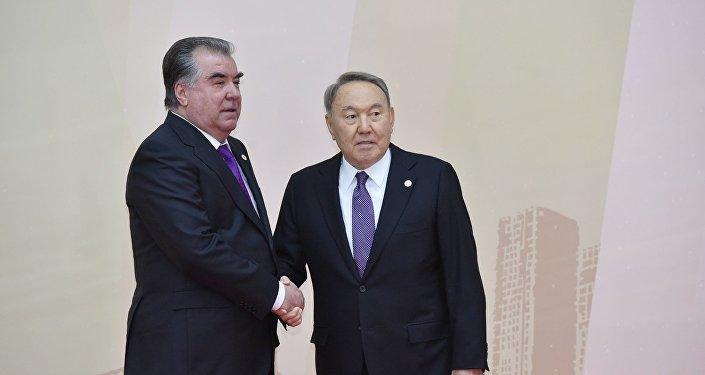 Президент Казахстана Нурсултан Назарбаев и президент Таджикистана Эмомали Рахмон на совещании ОДКБ в Астане, 8 ноября 2018 года