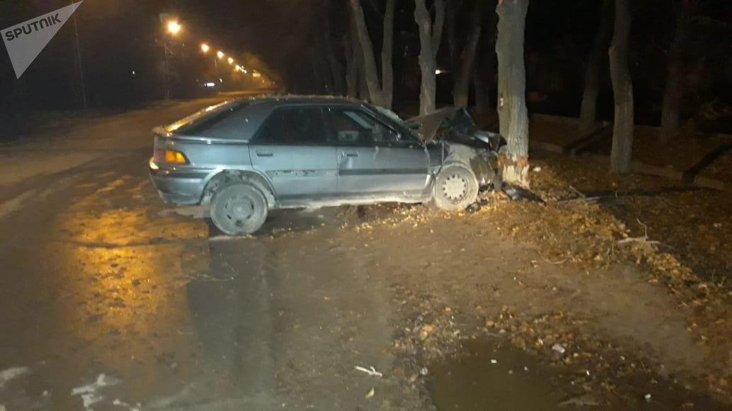 Автомобиль влетел в дерево